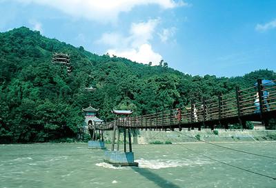 青城山后山风景都围绕着山间的溪水