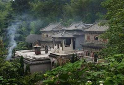 足资游览的风景点有数十处之多,著名的有隆昌寺,铜殿,无梁殿,拜经台